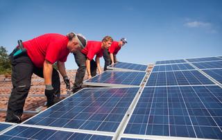 לוחות סולאריים על גג מבנה