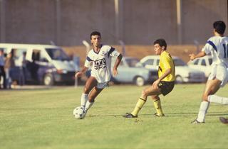 """קוזושווילי (בלבן) מול טל בר-אל מנתניה בעונת 90/91'. """"חצי אוזן על המאמן"""""""