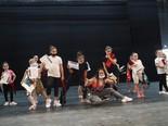 """וסרנו (יושבת במרכז) עם רקדניות הלהקה. """"כאילו מדינה שלמה צופה בהן"""""""