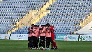 כדורגלני הקבוצה בשיחת מוטיבציה לפני המשחק