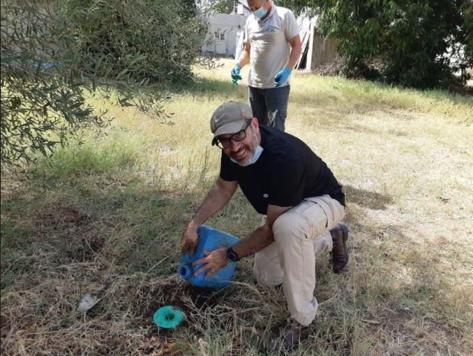 צוות המשרד להגנת הסביבה בפעולה בפתח תקוה