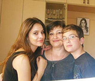 יון (מימין) עם אחותו טטיאנה ואמו. צילום: באדיבות המשפחה