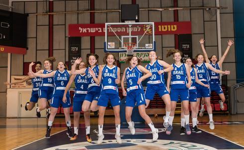 הנערות חוגגות דרג א'. אנגל שלישית משמאל (מס' 6). צילום: עודד קרני איגוד הכדורסל