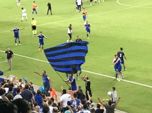גם השחקנים הניפו דגלכחול