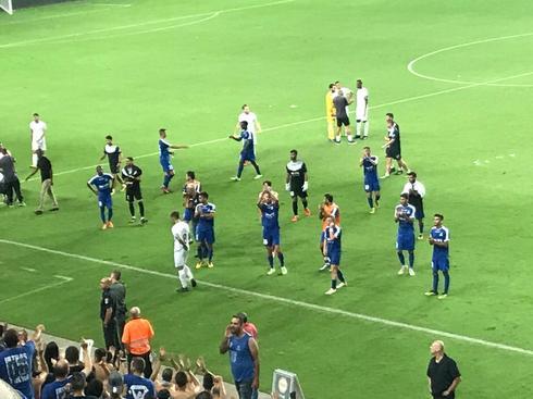 שחקני הקבוצה מודים לאוהדים בסיום המשחק