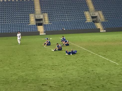 שחקני הקבוצה מתקשים לקבל את ההפסד, בסיום המשחק