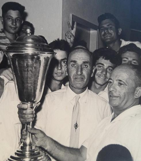 שלישי מימין לגביע - יוסי רוזנצוויג חוגג את הזכייה הראשונה ב-1957. באדיבות המוזיאון של ניסים קלדרון