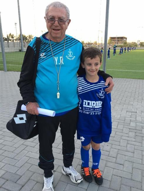 רוזנצוויג אימן במחלקת הנוער עד השנה האחרונה, עם נכדו מייקל. ממשיכי דרכו. צילום: אבי דולמן החוג הכחול