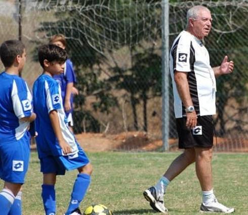 """רוזנצוויג ז""""ל המשיך וחינך את דור העתיד של המועדון עד השנה האחרונה. צילום: אבי דולמן החוג הכחול"""