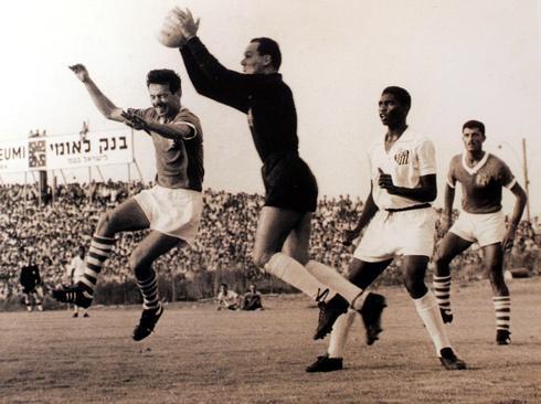 """נחום סטלמך (מנסה לנגוח) וזכריה רצאבי ז""""ל במשחק מול סנטוס הברזילאית. צילום: תומריקו"""
