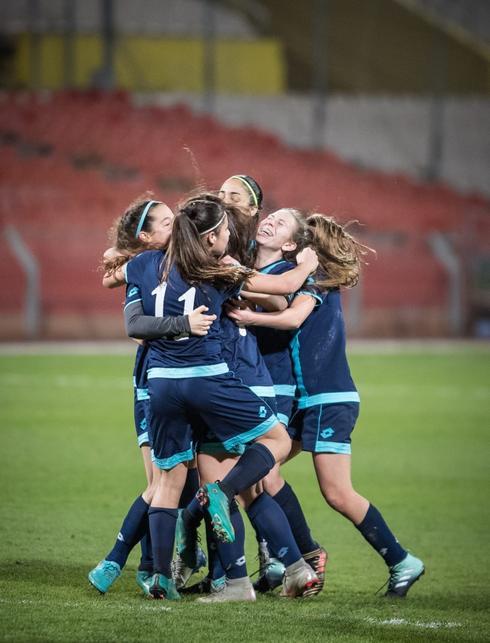 נערות הפועל חוגגות את העלייה לגמר הגביע. צילום: ההתאחדות לכדורגל
