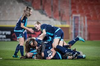 יש ערימה של כדורגלניות שעלו לגמר על הדשא. נערות הפועל חוגגות. צילום: ההתאחדות לכדורגל