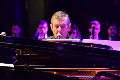 יוני רכטר והפסנתר. צילום: אמיר בן חיים