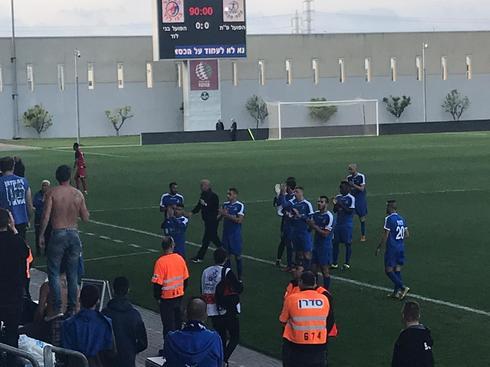 שחקני הקבוצה מודים לאוהדי הפועל על תמיכתם למרות המשחק החלש