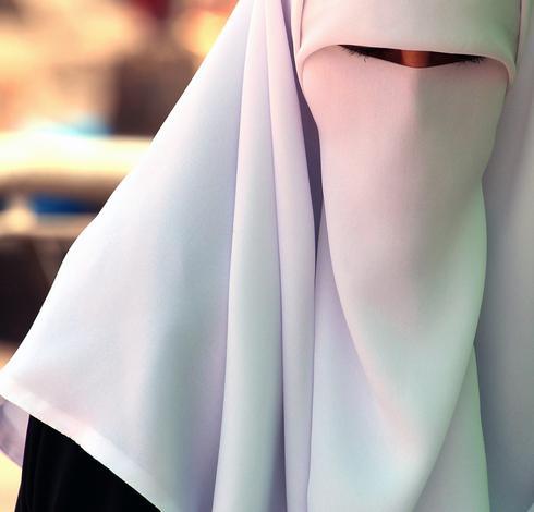 אישה מוסלמית עוטה רעלה לבנה והחריץ לעיניה צר במיוחד ירושלים העתיקה, 2012. צילם: יורם ביברמן