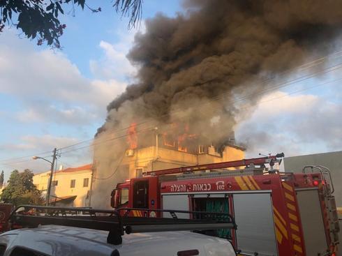 """שריפה בבית הגננת החשודה בראש העין   צילום: דוברות כב""""ה מרכז"""