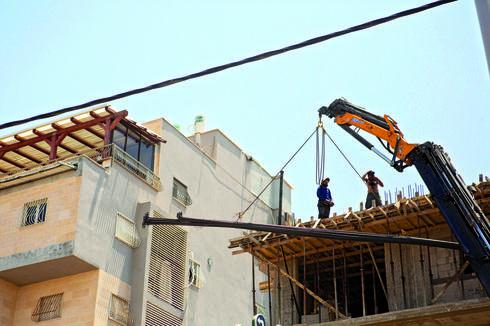 הבניין ברחוב אברבנאל. מי שמע על מעקה בטיחות?   צילום: תומי הרפז