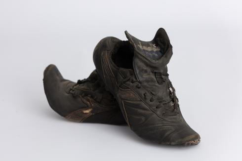 נעלי משחק של אלי אוחנה. צילום: רן יחזקאל