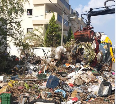 פינוי האשפה ברחוב קיש | צילום: עיריית פתח תקוה