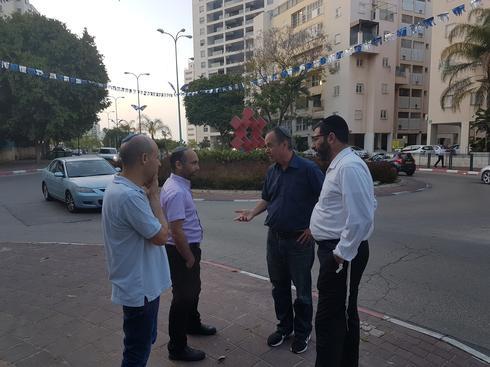 תושבי הדר גנים ברחוב מנחם בגין. צילום: מתן דויטש