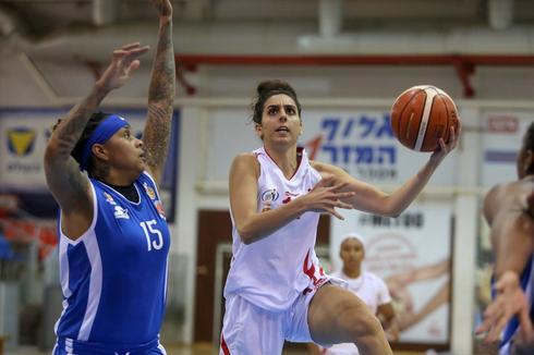 שהד עבוד (בלבן) מול מוניק ריד. צילום: קובי אליהו, מנהלת ליגת העל בכדורסל נשים