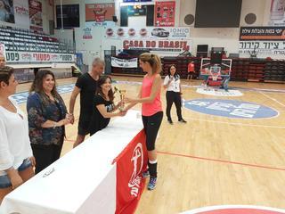 חגית רז, קפטנית הקבוצה, מקבלת את הגביע למקום השני. צילום: פרטי