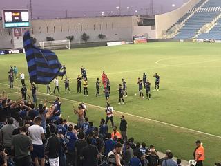 שחקני הפועל מציינים את הניצחון על רמת גן בצוותא עם אוהדי הקבוצה