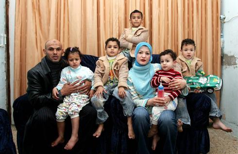 אבו קישאק עם רעייתו אימן וחמישה משבעת ילדיו. צילום: ראובן שוורץ
