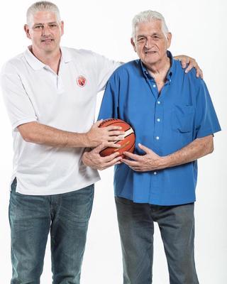 """""""דיברנו 20 פעם ביום"""". בני סלע (מימין) ובנו גיל. צילום: עודד קרני, מנהלת ליגת העל בכדורסל נשים"""