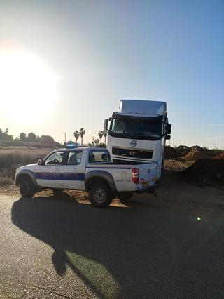 נתפסו על חם. אחת המשאיות מתוכן הושלכה פסולת בנין | צילום: עיריית פתח תקוה