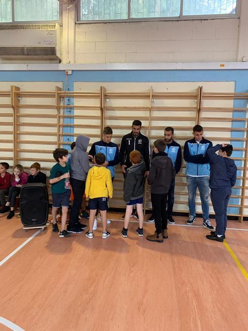 """כדורגלני מכבי עם תלמידי """"יד לבנים"""". צילום: באדיבות המועדון"""