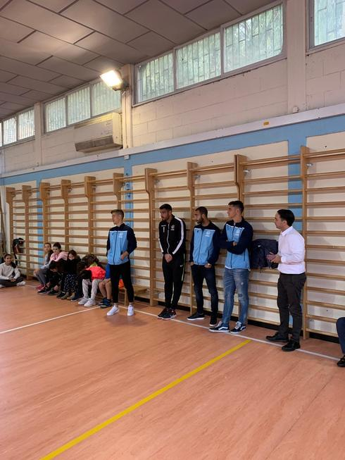 כדורגלני מכבי וטל אלוני במהלך האירוע. צילום: באדיבות המועדון
