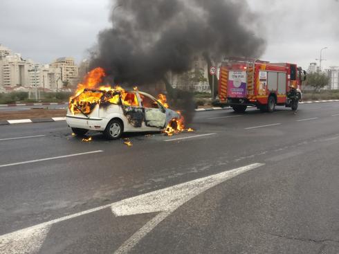 """רכב עולה באש בדרך יצחק רבין  צילום: דוברות הצלה פ""""ת"""