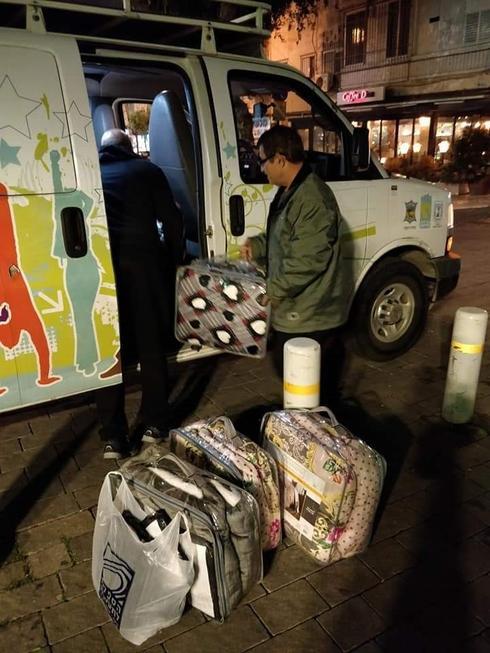 מבצע סיוע לדרי רחוב בפתח תקוה | צילום: נתנאל עבורוס